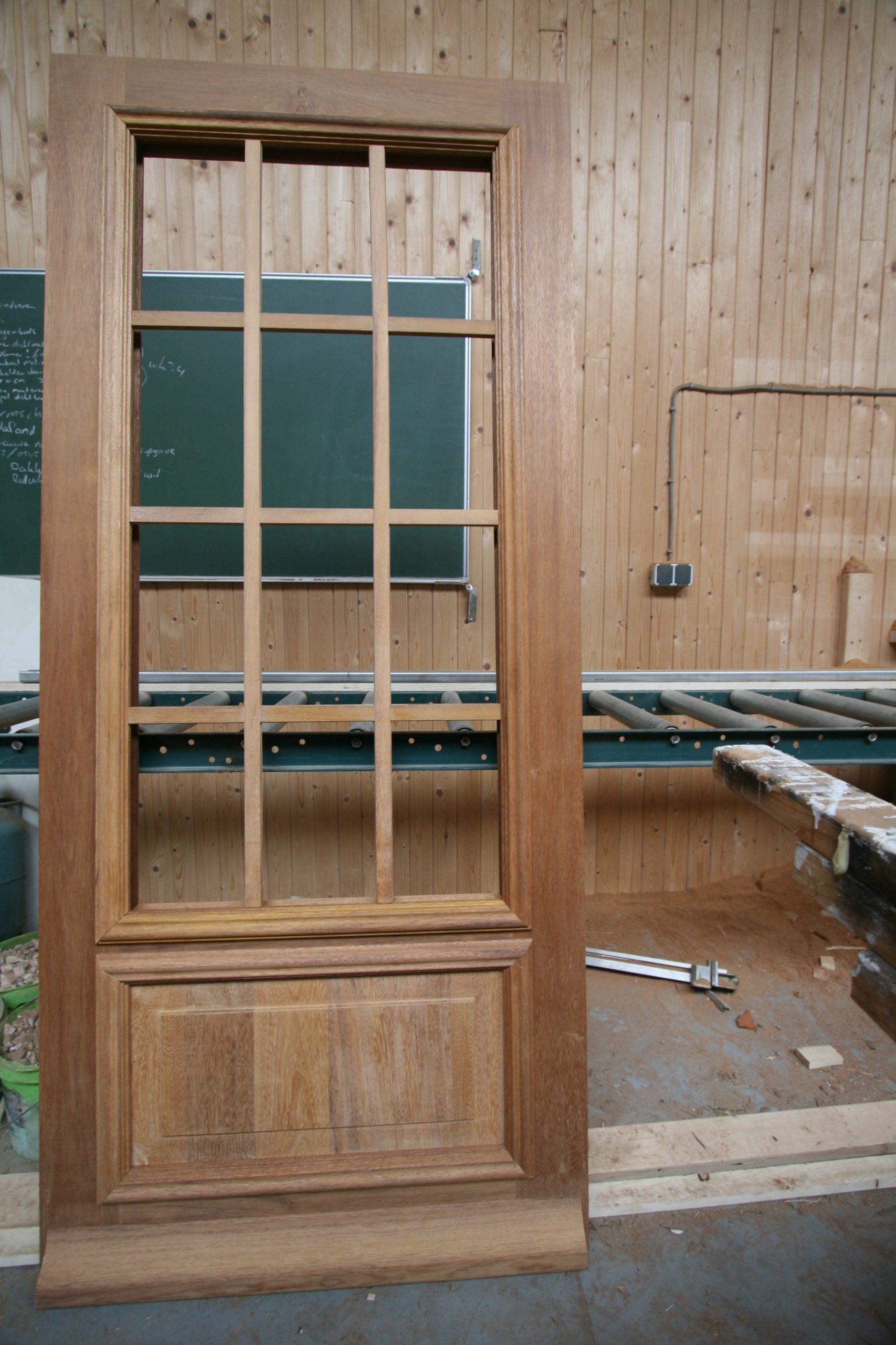 Ramen en deuren op maat, voorbeeld deur met glas voor renovatie, verbouw en monument